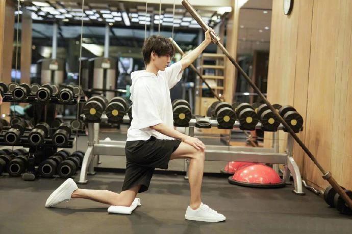 王俊凯晒体重只有96.4斤,为了贴合流浪汉角色减重20斤瘦到脱相