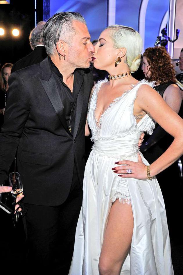 Lady Gaga与未婚夫Christian Carino在演员工会奖红毯上亲吻